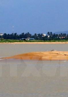 Biển Cửa Đại bị bồi lấp sau lũ, nhiều tàu thuyền không thể ra khơi