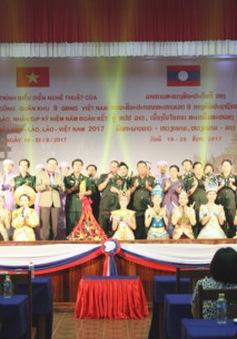 Biểu diễn nghệ thuật chào mừng năm đoàn kết hữu nghị Việt - Lào