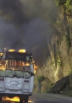 Xe bus ở Ấn Độ bốc cháy, 20 người thương vong
