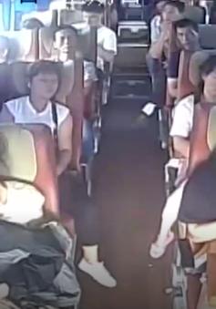 Video ghi lại tai nạn lật xe bus ở Trung Quốc gây sốc