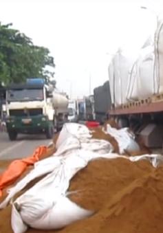 Đồng Nai: Hàng tấn nguyên liệu cám đổ tràn, Quốc lộ 51 ùn tắc