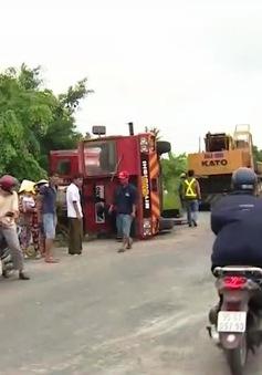 Xe cần cẩu đổ đè vào 2 nhà dân ở Vĩnh Long