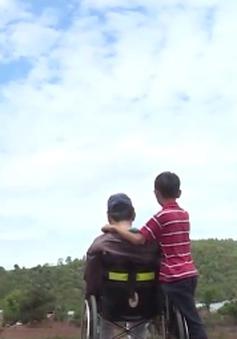 Cặp lá yêu thương: Cậu bé không có mẹ ở bên, cha bị u não