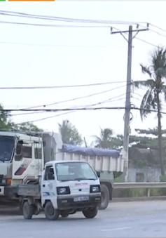 """Xe tải chở vật liệu - """"Hung thần"""" trên cầu Xây Dựng"""