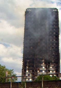 Hàng trăm tòa nhà cao tầng tại Anh có lớp ván ốp ngoài dễ bắt cháy