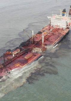 Tàu chở dầu bị chìm gây tràn dầu gần thủ đô Athens, Hy Lạp