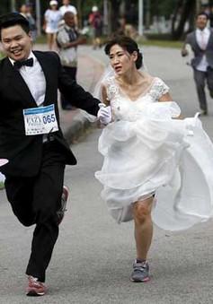 Café Sáng cuối tuần: 250 cặp đôi chạy đua trong lễ phục cưới tại Thái Lan