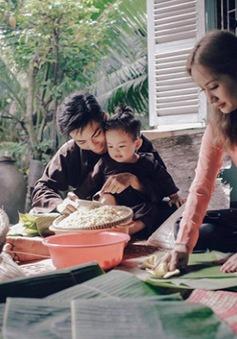 Vợ chồng Khánh Thi, Phan Hiển rộn ràng gói bánh chưng ngày Tết