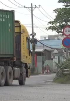 Xe container tung hoành trong giờ cấm