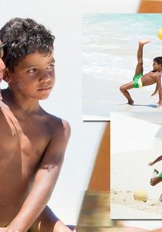 """Con trai Ronaldo sút phạt thành bàn khiến cha """"nở mũi"""""""