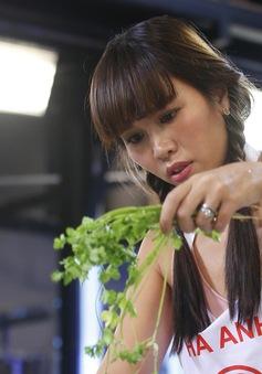 """Siêu mẫu Hà Anh để lộ """"con người"""" thật trong Vua đầu bếp 2017"""