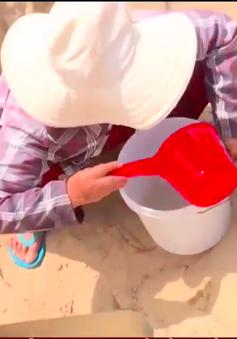 Khánh Hòa: Thiếu nước sạch, người dân vùng bão phải dùng nước đào trong hố