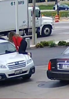 Cô gái liều mình nhảy lên nắp capo, chặn kẻ cướp xe