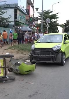 TP.HCM: Xe hơi, xe máy rượt đuổi nhau, lao vào đám đông ven đường