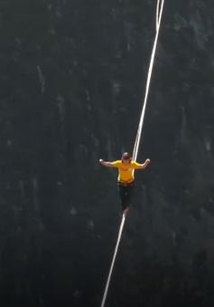 Trung Quốc phá kỷ lục đi hơn 400m trên dây qua vách núi