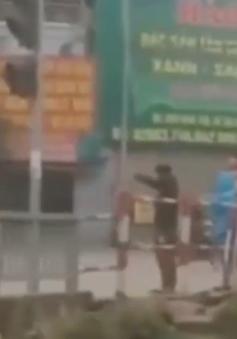 """2 thanh niên vượt đèn đỏ bị CSGT phạt bằng """"chiêu độc"""""""