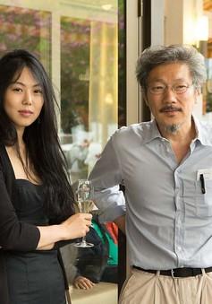 """Tay trong tay, mỹ nhân """"giật chồng"""" và người tình lớn tuổi thách thức dư luận xứ Hàn?"""