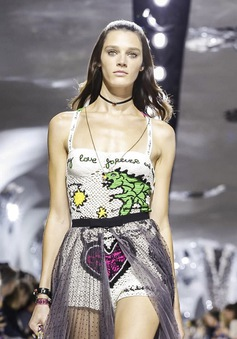 """Thí sinh """"vồ ếch"""" năm nào của America's Next Top Model nay đầy quyến rũ ở Tuần lễ thời trang"""