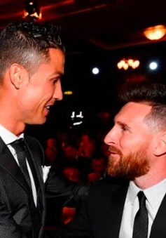Ronaldo, Messi tay bắt mặt mừng tại Lễ trao giải FIFA The Best 2017