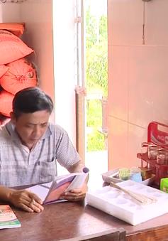 Nông dân đọc sách để làm kinh tế