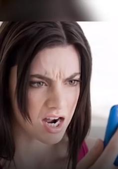 Cư xử thế nào khi bạn đời xem trộm điện thoại?