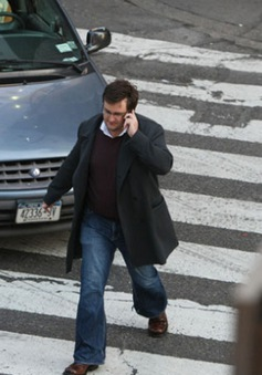 Thành phố đầu tiên ở Mỹ cấm người đi bộ sử dụng điện thoại khi đi sang đường