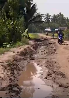 Vĩnh Long: Thi công đường chậm tiến độ, người dân đi lại khó khăn