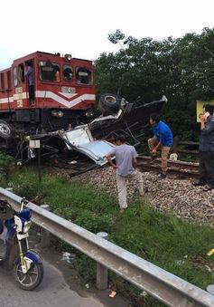Hà Nội: Băng qua đường sắt, xe tải bị đâm bẹp dúm
