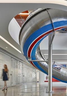 Độc đáo nơi làm việc có ống trượt, xích đu dành cho nhân viên