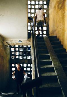 Café sáng cuối tuần: Chuyện giản dị xoay quanh cầu thang khu tập thể Hà Nội