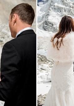 Ngỡ ngàng với cặp đôi chịu khổ, chịu lạnh lên tận đỉnh Everest làm đám cưới