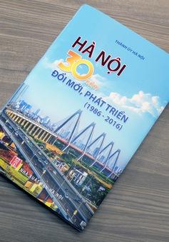 """Ra mắt cuốn sách """"Hà Nội - 30 năm đổi mới, phát triển"""""""