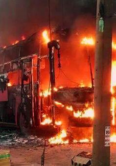 Xe khách bất ngờ bốc cháy, hàng chục người thoát nạn