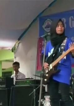 Indonesia: Ban nhạc rock nữ đeo khăn trùm đầu thách thức các định kiến