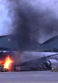 Máy bay của hãng American Airlines bốc cháy tại sân bay quốc tế Hong Kong (Trung Quốc)