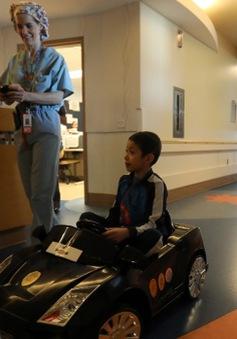 """Bệnh nhân nhí """"lái xe"""" đến phòng mổ"""