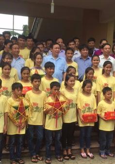 Phó Thủ tướng Vương Đình Huệ trao quà cho làng trẻ em SOS Hà Tĩnh