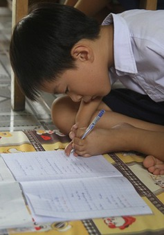 Cảm phục cậu bé 8 tuổi viết chữ bằng chân