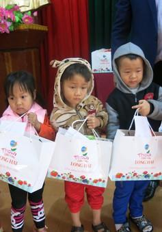 Niềm vui cuối năm dành tặng 70 em học sinh nghèo vượt khó xã Tân Hưng