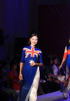 Đại sứ nước ngoài thích thú với hình ảnh quốc kỳ trên 56 tà áo dài Việt Nam