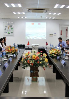 Đoàn cán bộ cấp cao Lào đến thăm và làm việc tại nhà máy Vinamilk
