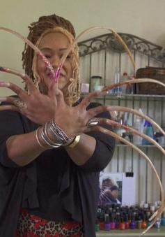 Người phụ nữ có bộ móng tay dài tới 5,7m, ghi danh kỷ lục Guinness 2018