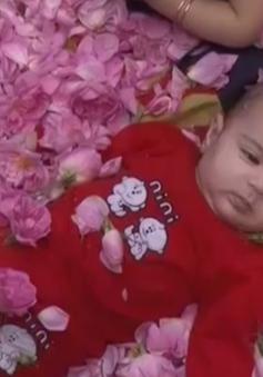 Thú vị nghi thức lăn trẻ sơ sinh trong hoa hồng ở Iran