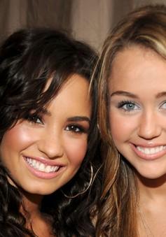 Miley Cyrus nhận được tình yêu lớn từ cựu ngôi sao của Disney Chanel
