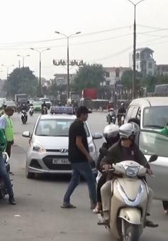 Lộn xộn trước cổng các bến xe ở Hà Nội