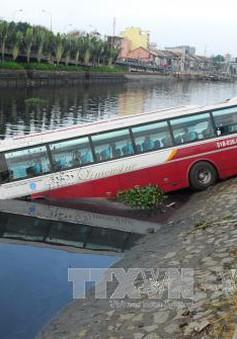 Mất lái, xe khách 46 chỗ lao xuống kênh ở TP.HCM