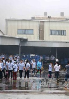 Giải cứu 100 công nhân thoát khỏi đám cháy bằng xe thang