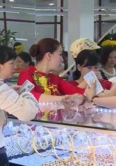 TP.HCM: Tấp nập người mua vàng ngày vía Thần Tài