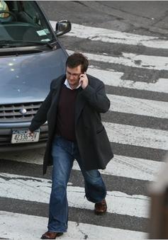 Mỹ cấm người dân dùng điện thoại khi sang đường