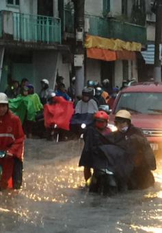 """Mưa """"siêu"""" lớn ở TP.HCM, người dân lội nước trên đường phố ngập nặng"""